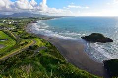 La vista aérea de nuevo Plymouth y la costa costa de Paritutu oscilan en Nueva Zelanda imágenes de archivo libres de regalías