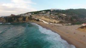 La vista aérea de la playa cerca de Azenhas estropea, ciudad de la playa de Portugal metrajes