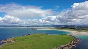 La vista aérea de la playa concedida de Narin por Portnoo en el condado Donegal, Irlanda, es una de las playas más finas del mund metrajes