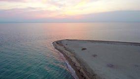 La vista aérea de la playa irreal en el área de Epanomis Salónica Grecia, se mueve adelante por el abejón almacen de video