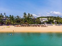 La vista aérea de la playa y del mar tropicales hermosos con los árboles prendido está imagen de archivo