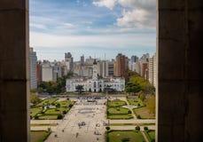 La vista aérea de la plaza Moreno y el palacio municipal de la catedral se elevan - provincia de La Plata, Buenos Aires, la Argen imágenes de archivo libres de regalías