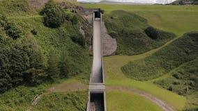 La vista aérea de Torside y depósito y presa de Woodhead, el hombre más grande hizo el lago en Longdendale, Derbyshire del norte almacen de metraje de vídeo