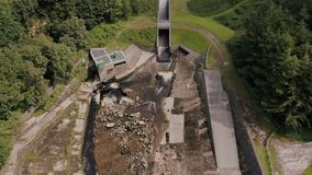 La vista aérea de Torside y depósito y presa de Woodhead, el hombre más grande hizo el lago en Longdendale, Derbyshire del norte metrajes