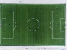 La vista aérea de un campo de fútbol smal del fútbol de los deportes en un pueblo cerca del andernach Coblenza neuwied en Alemani Fotos de archivo libres de regalías
