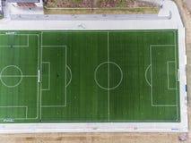 La vista aérea de un campo de fútbol smal del fútbol de los deportes en un pueblo cerca del andernach Coblenza neuwied en Alemani Fotografía de archivo