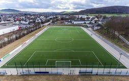 La vista aérea de un campo de fútbol smal del fútbol de los deportes en un pueblo cerca del andernach Coblenza neuwied en Alemani Foto de archivo libre de regalías
