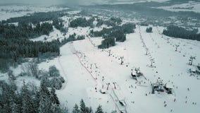 La vista aérea de un esquí de la montaña se inclina en Polonia meridional, las montañas de Tatra almacen de metraje de vídeo