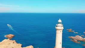 La vista a?rea de un faro nombr? Faro Cabo de Palos situado en el top de un acantilado con una hermosa vista espa?a metrajes