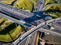 La vista aérea de un tráfico de la intersección de la autopista sin peaje se arrastra en Moscú imágenes de archivo libres de regalías