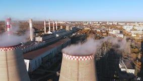 La vista aérea de un tubo industrial contamina el aire al lado de la gente que vive en la ciudad almacen de video