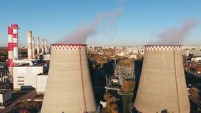 La vista aérea de un tubo industrial contamina el aire al lado de la gente que vive en la ciudad metrajes