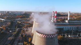 La vista aérea de un tubo industrial contamina el aire al lado de la gente que vive en la ciudad almacen de metraje de vídeo