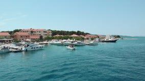 La vista aérea de una pequeña lancha de carreras que iba parqueó en el infante de marina en Croacia almacen de metraje de vídeo