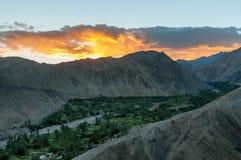 La vista aérea del alto medio del valle verde abandonó las montañas durante puesta del sol Foto de archivo