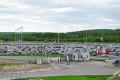 La vista aérea del auto del aeropuerto apretó el estacionamiento en el aeropuerto internacional de Pulkovo en St Petersburg, Rusi Imagen de archivo libre de regalías