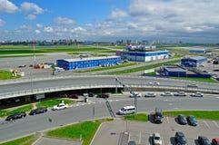 La vista aérea del auto del aeropuerto apretó el estacionamiento en el aeropuerto internacional de Pulkovo en St Petersburg, Rusi Fotografía de archivo