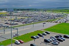 La vista aérea del auto del aeropuerto apretó el estacionamiento en el aeropuerto internacional de Pulkovo en St Petersburg, Rusi Imagenes de archivo