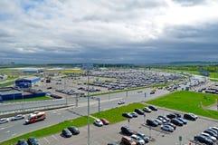 La vista aérea del auto del aeropuerto apretó el estacionamiento en el aeropuerto internacional de Pulkovo en St Petersburg, Rusi Imágenes de archivo libres de regalías