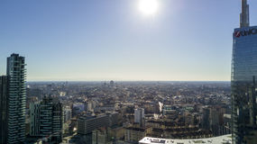 La vista aérea del centro de Milán, lado sur, torre de Unicredit, solariums se eleva, Duomo, Italia Imagen de archivo libre de regalías