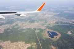La vista aérea del cielo azul de la nube y el avión se van volando Foto de archivo