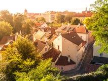 La vista aérea del estrecho medieval viejo cobbled la calle y pequeñas casas antiguas de Novy Svet, distrito de Hradcany, Praga imagen de archivo libre de regalías