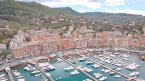 La vista aérea del municipio Santa Margherita Ligure en día de verano, los yates blancos se amarra en pequeña bahía almacen de video