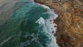 La vista aérea del océano cerca de Azenhas estropea, ciudad de la playa de Portugal almacen de video