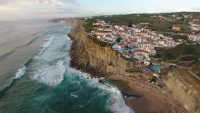 La vista aérea del océano cerca de Azenhas estropea, ciudad de la playa de Portugal metrajes
