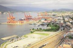 La vista aérea del puerto, el ferrocarril y la ciudad del este pieza Imagen de archivo