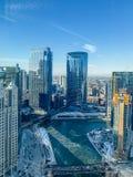 La vista aérea del río Chicago como vapor sube del agua mientras que caen en picado los temps fotografía de archivo