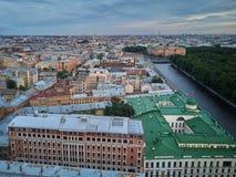 La vista aérea del río de Fontanka y el verano cultivan un huerto, St Petersburg foto de archivo
