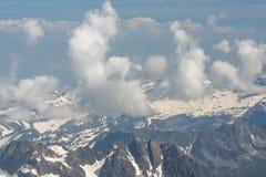 La vista aérea a los picos de montaña Fotografía de archivo libre de regalías
