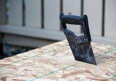 La vista ad angolo di una mano ha visto in legno fotografie stock libere da diritti