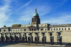 La vista aduanas en Dublín y ciudad bikes de enfrente de t Foto de archivo libre de regalías