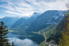 La vista aerea è alpi della montagna del fondo della città del hallstatt Fotografia Stock Libera da Diritti