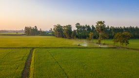 La vista aerea, agricoltori sta utilizzando una macchina dello spruzzatore nel campo Immagini Stock