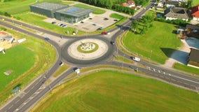 La vista aerea, automobili guida dalla rotonda sul quadrato di una strada campestre L'Austria, Europa video d archivio
