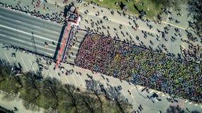 La vista aerea da parla monotonamente la folla della gente fotografia stock