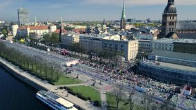 La vista aerea da parla monotonamente la folla della gente che sta correndo sull'evento maratona Paesaggio della città video d archivio