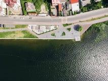 La vista aerea da sopra all'argine, la spiaggia ed il pattino parcheggiano vicino al lago Zona di salute fotografie stock libere da diritti