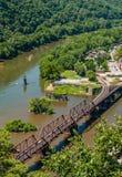 La vista aerea dei Harpers Ferry le piste del treno, Virginia Occidentale visto dalle altezze di Maryland trascura fotografia stock libera da diritti