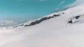 La vista aerea dei picchi rocciosi nevosi della bella natura abbellisce video d archivio