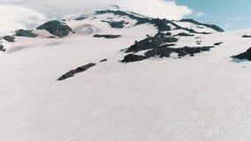 La vista aerea dei picchi rocciosi nevosi della bella natura abbellisce stock footage