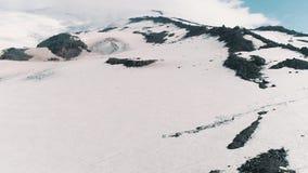 La vista aerea dei picchi rocciosi nevosi della natura scenica abbellisce video d archivio