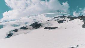 La vista aerea dei picchi rocciosi nevosi della natura sorprendente abbellisce video d archivio