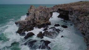 La vista aerea del fuco della linea costiera rocciosa con il mare di schianto ondeggia archivi video