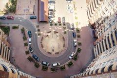 La vista aerea del lotto delle automobili si avvicina alla costruzione Immagini Stock