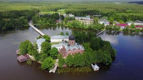La vista aerea del monastero locaded sull'isola in lago vicino a Pokrov, Russia video d archivio