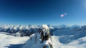 La vista aerea del paesaggio dell'inverno della neve del picco di montagne sorvola video d archivio